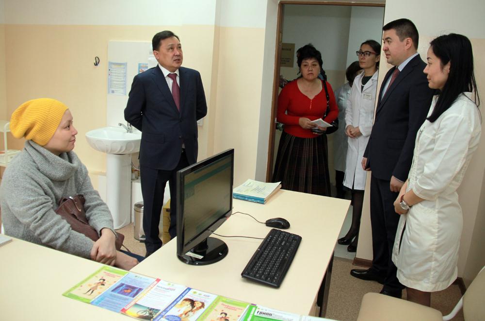 Руководитель областного управления здравоохранения М. Егизбаев