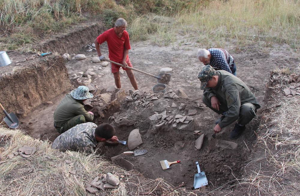 На городище Ушбастобе найдена масса керамики.